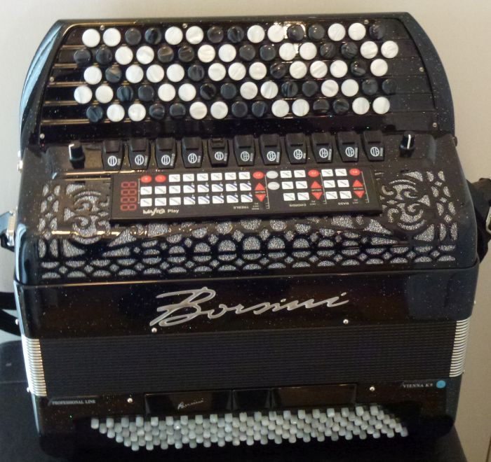 Borsini Vienna K 9<br />En harmonika der overhovedet ikke er brugt. Købt af en mand som ikke ville spille harmonika alligevel.<br /> Nypris vel omkring 110000. Der er en god sum at spare ved at købe dette instrument