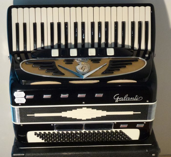 Galanti <br />En meget sjælden harmonika med gode stemmer. Tangenterne er en lille smule smallere.