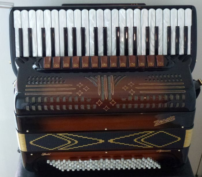 Bengts Guld Stjernen<br />2 år gammel harmonika, fuldstændig som en ny i Sunburst lak. Er et instrument der opfylder alle krav og som har de mest utrolige stemmer. Nypris 107000<br />