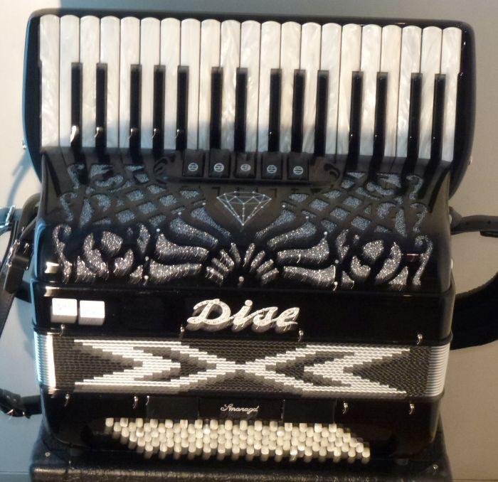 Dise  Smaragd<br />Meget let harmonika der samtidig har fine stemmer.<br /> Harmonikaen er som en ny.